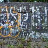 """Pomalowana pozostałość tablicy - można odczytać napis: """"Manfred von..."""
