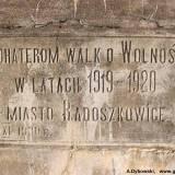 Tablica umieszczona na pomniku.