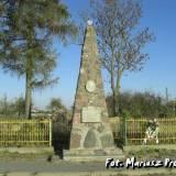 Czerwone. Obelisk na mogile poległych żołnierzy.